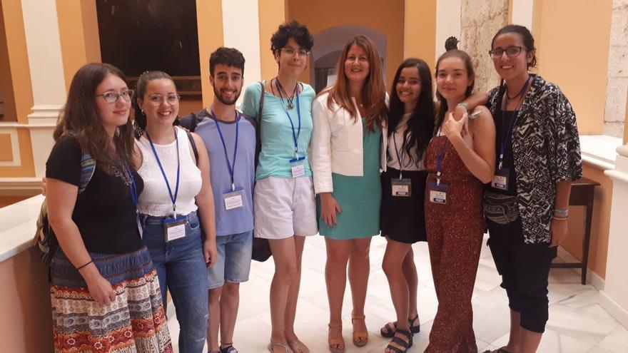 La portavoz de Adelante Sevilla, acompañada de jóvenes de 'Fridays For Future' que asistieron al Pleno del Ayuntamiento