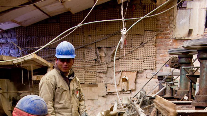 Los trabajadores que separan la plata del resto de minerales utilizan componentes químicos muy peligrosos. VIAJAR AHORA