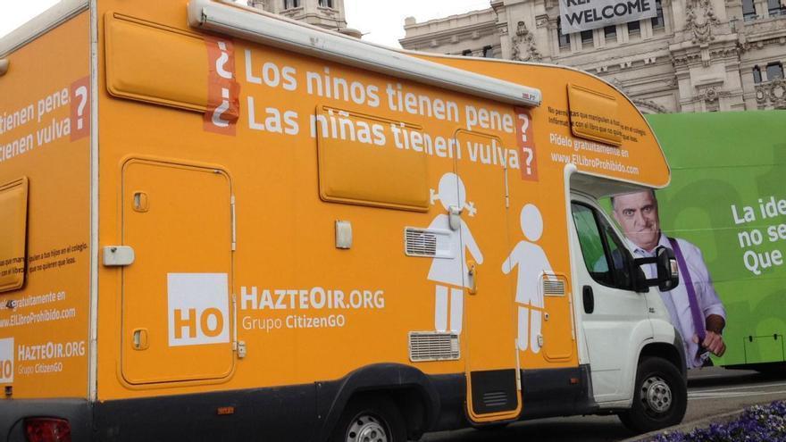 La caravana de HazteOir con el autobús de El Intermedio en Cibeles. / R.R