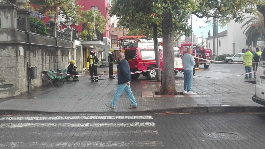 En la imagen, un momento de la intervención de los bomberos en la extinción del incendio en la cafetería situada al lado de la plaza de Montserrar de Los Sauces.