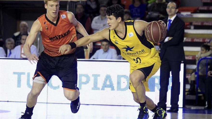 El jugador del Montakit Fuenlabrada Alberto Díaz (i) defiende a San Miguel, del Iberostar Tenerife. EFE/Víctor Lerena