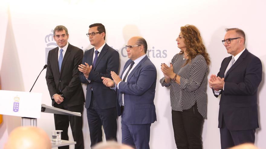 El presidente de Canarias, Fernando Clavijo, junto a los nuevos consejeros del Gobierno: Pablo Rodríguez, José Miguel Barragán, Cristina Valido y osé Manuel Baltar (ALEJANDRO RAMOS)