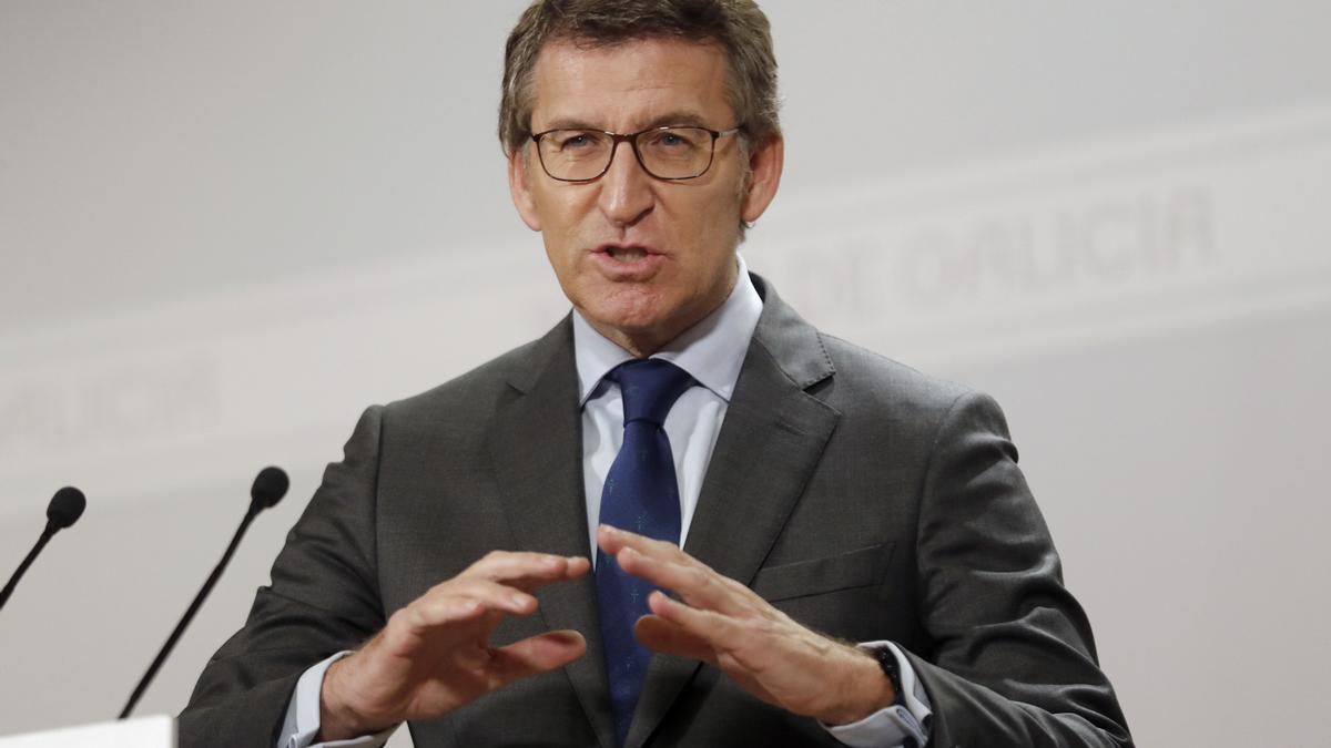 El presidente de la Xunta, Alberto Núñez Feijóo, al comienzo de la rueda de prensa posterior a la reunión del Consello, esta mañana en Santiago de Compostela.