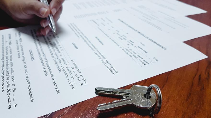 Firma de un contrato hipotecario.