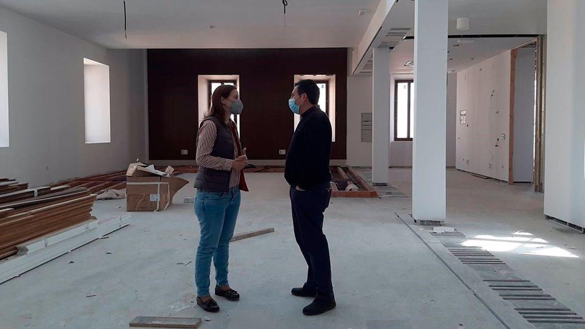 Cristina Casanueva, en su visita a Peñarroya-Pueblonuevo, junto al alcalde de la localidad, José Ignacio Expósito