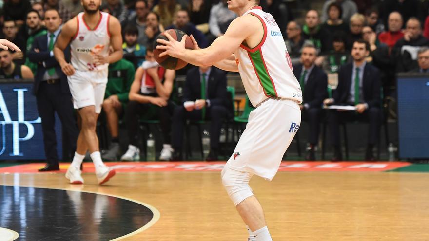 Marcelinho Huertas en un partido con el Baskonia