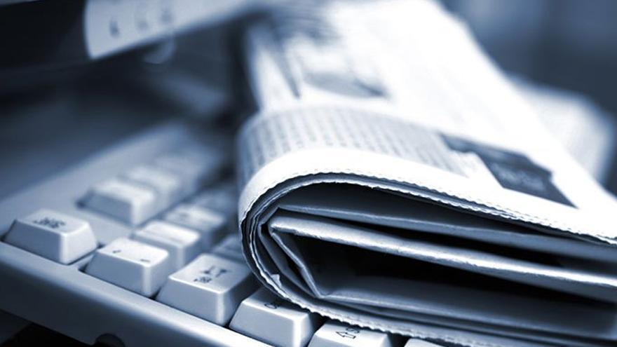 Periódico y un teclado