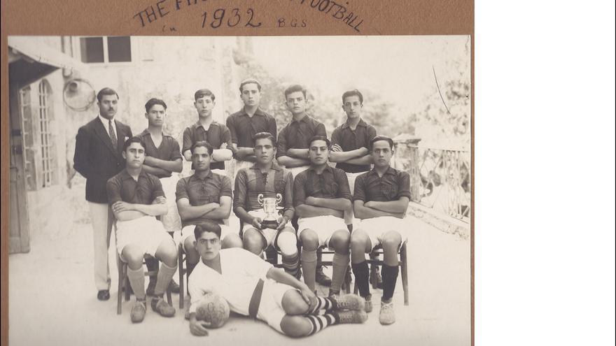 Primer equipo de fútbol de Belén en 1932, del álbum de la familia Saqqa.