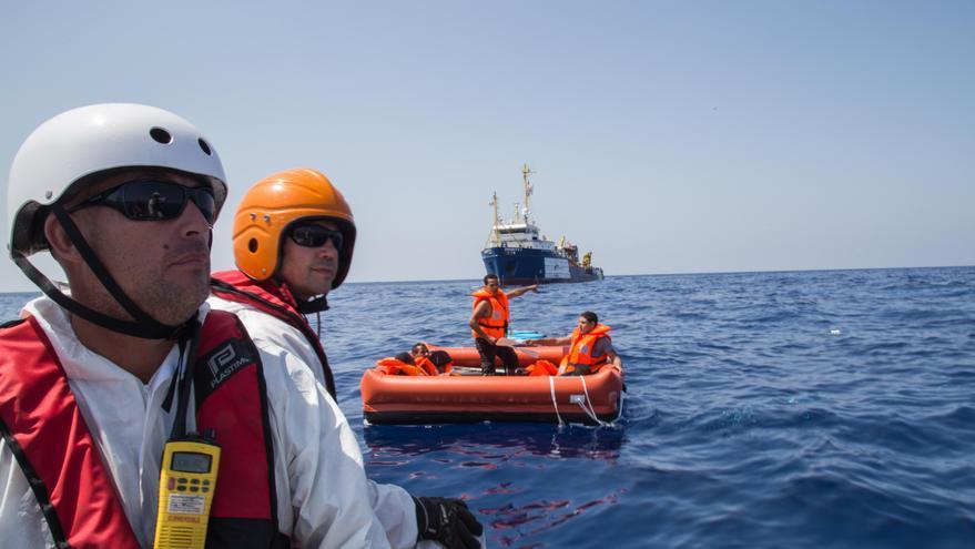 Los equipos de Médicos Sin Fronteras buscan supervivientes tras el naufragio de un barco con cientos de personas a bordo. / Marta Soszynska/MSF.