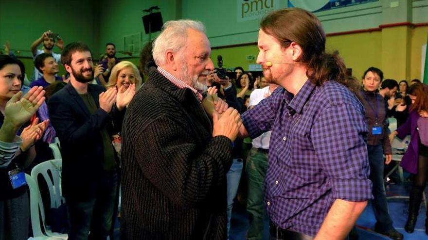 Pablo Iglesias y Julio Anguita se saludan en un acto de campaña.
