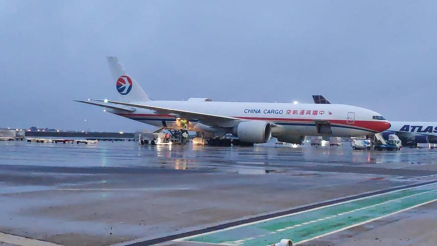 El avión de China Cargo que ha aterrizado en Zaragoza con equipamiento sanitario.