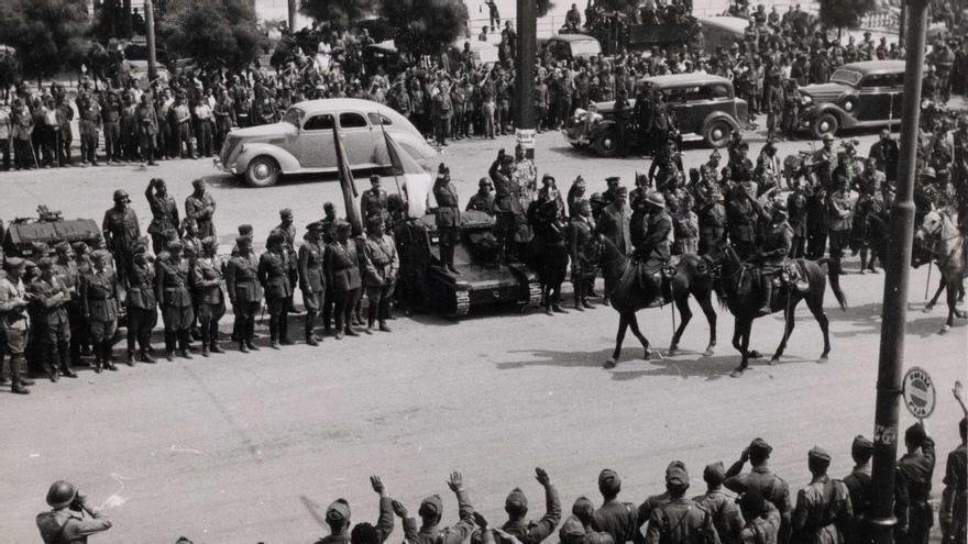 Desfile de tropas franquistas en El Sardinero tras la toma de Santander en1937.
