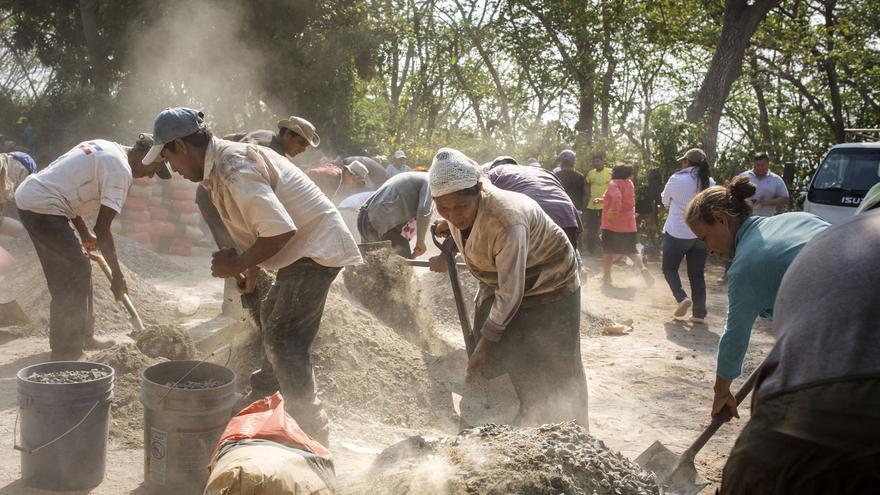 Construcción comunitaria de un pozo que llevará por primera vez agua corriente a 200 familias del área rural de Huitzucar. Participan gente de todas las edades, sobre todo mujeres, ya que ellas son todavía las encargadas de acarrear el agua que necesita toda la familia. Cuando el pozo funcione ya no tendrán que ir a buscar al río los litros de agua que necesitan para las tareas más básicas del hogar.