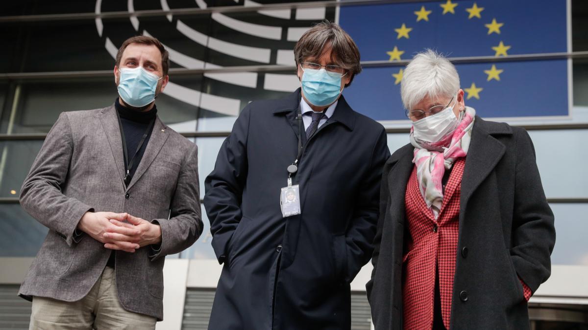 Los eurodiputados de JxCat Toni Comín, Carles Puigdemont, y Clara Ponsatí , en una comparencia en Bruselas.
