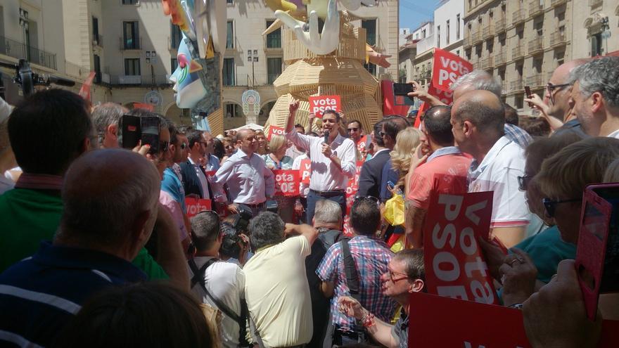 El candidato socialsita Pedro Sánchez durante su visita a las 'Fogueres' de Alicante