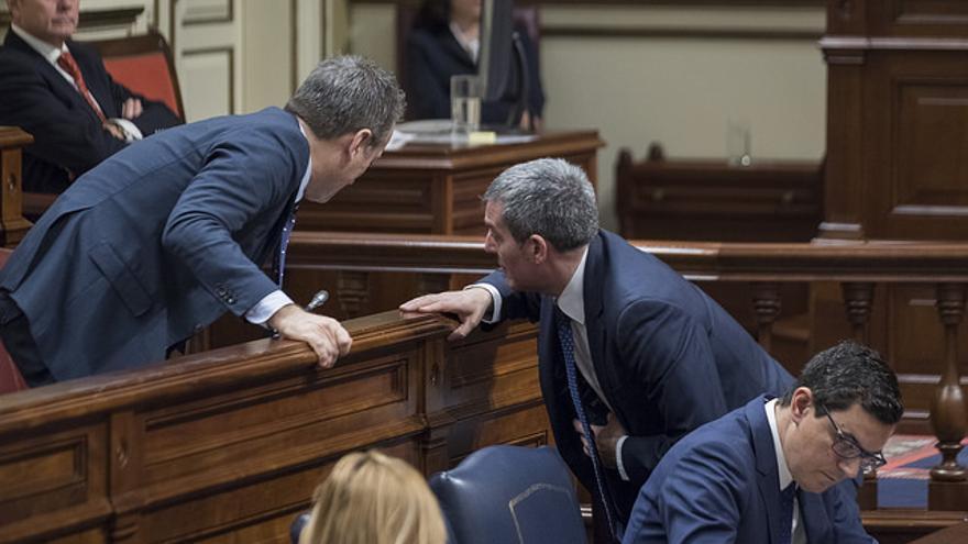 Fernando Clavijo conversa con José Miguel Ruano durante el Debate del Estado de la Nacionalidad Canaria