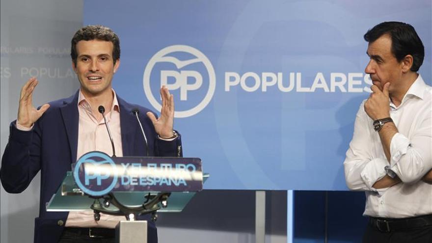 Pablo Casado presentando el nuevo logo del Partido Popular. / Efe