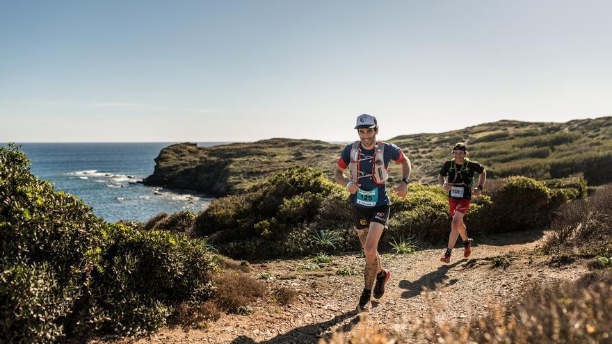 El equipo líder en la categoría TrailRun Epic 360º, el Txalategi Trail, en la Platja d'en Tortuga (© Oriol Batista).