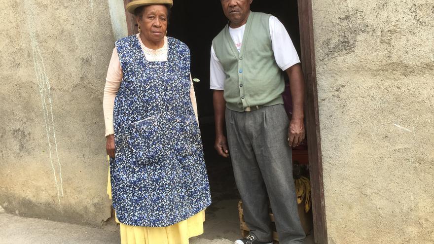 El rey Julio y su esposa Angélica frente a su casa en la aldea de Mururata, Bolivia