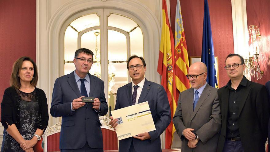 El conseller Vicent Soler entrega los presupuestos de la Generalitat para 2017 a la Mesa de las Corts