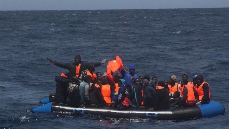 Rescatadas otras once personas de una patera en aguas del Estrecho