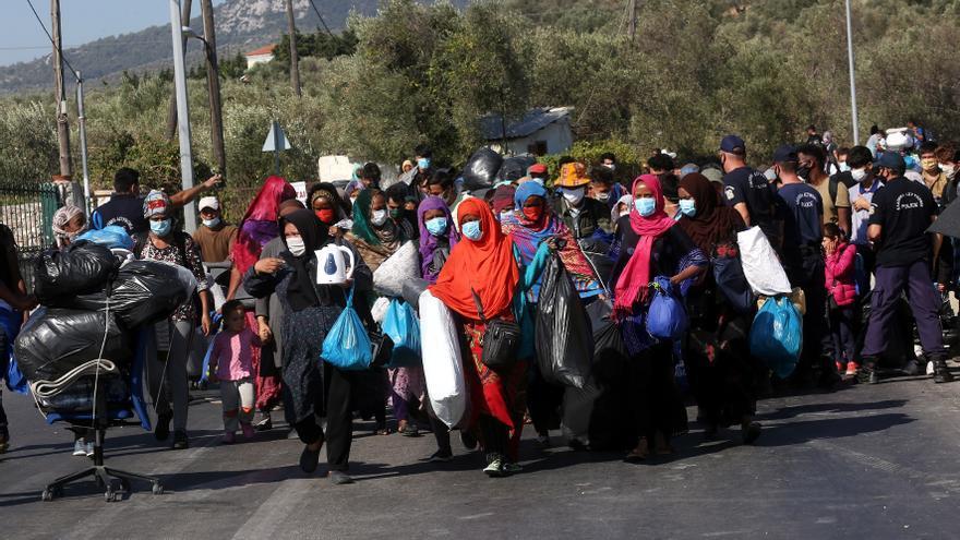 Miles de refugiados se manifiestan en Lesbos y piden abandonar la isla griega