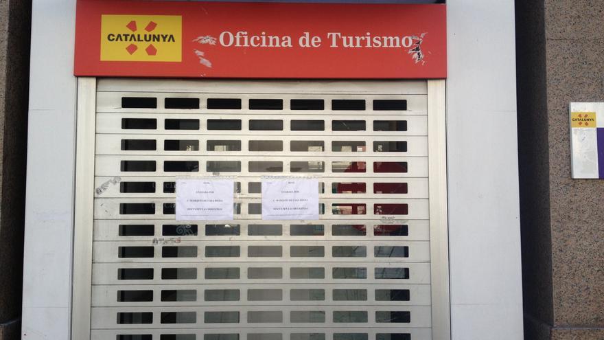 Los violentos forzaron la puerta de la oficina de Turismo de Cataluña, que es la entrada principal de la librería Blanquerna  / Foto: Irene Castro