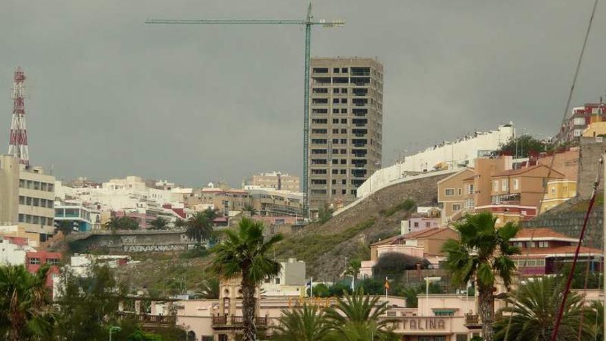 Una de las Torres del Mar, en el parque del Canódromo, a medio construir desde 2008.