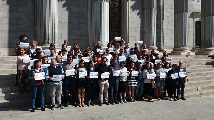 """Unidos Podemos-En Comú-En Marea protesta frente al Congreso contra las detenciones en Cataluña y los """"presos políticos"""""""