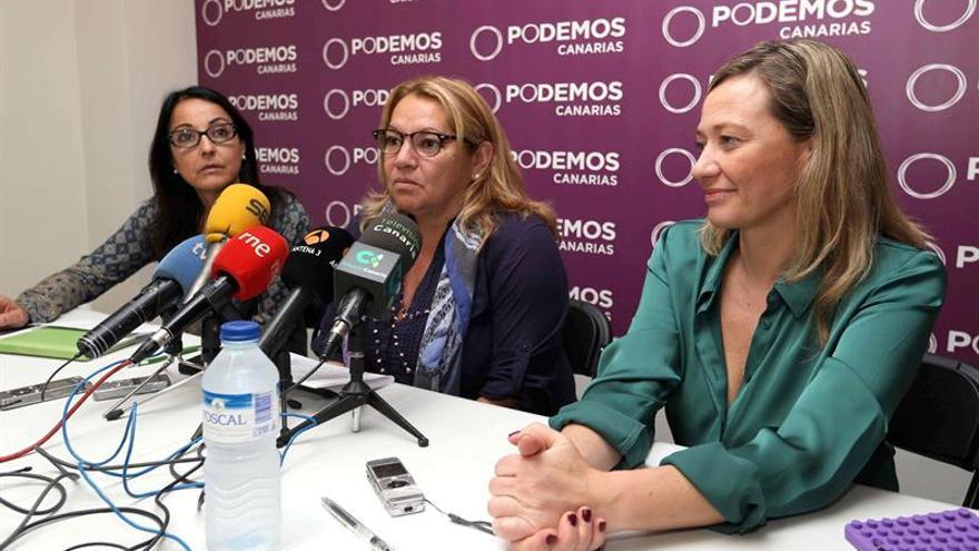 Las dos diputadas electas de Podemos por Las Palmas, Victoria Rosell (d) y Meri Pita (c), y la senadora electa por Gran Canaria, María Alemán (i)