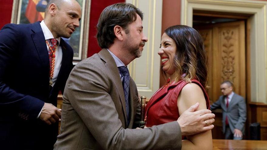 Carlos Alonso (CC), presidente en funciones del Cabildo de Tenerife, felicitando a Patricia Hernández (PSOE), nueva alcaldesa de Santa Cruz de Tenerife