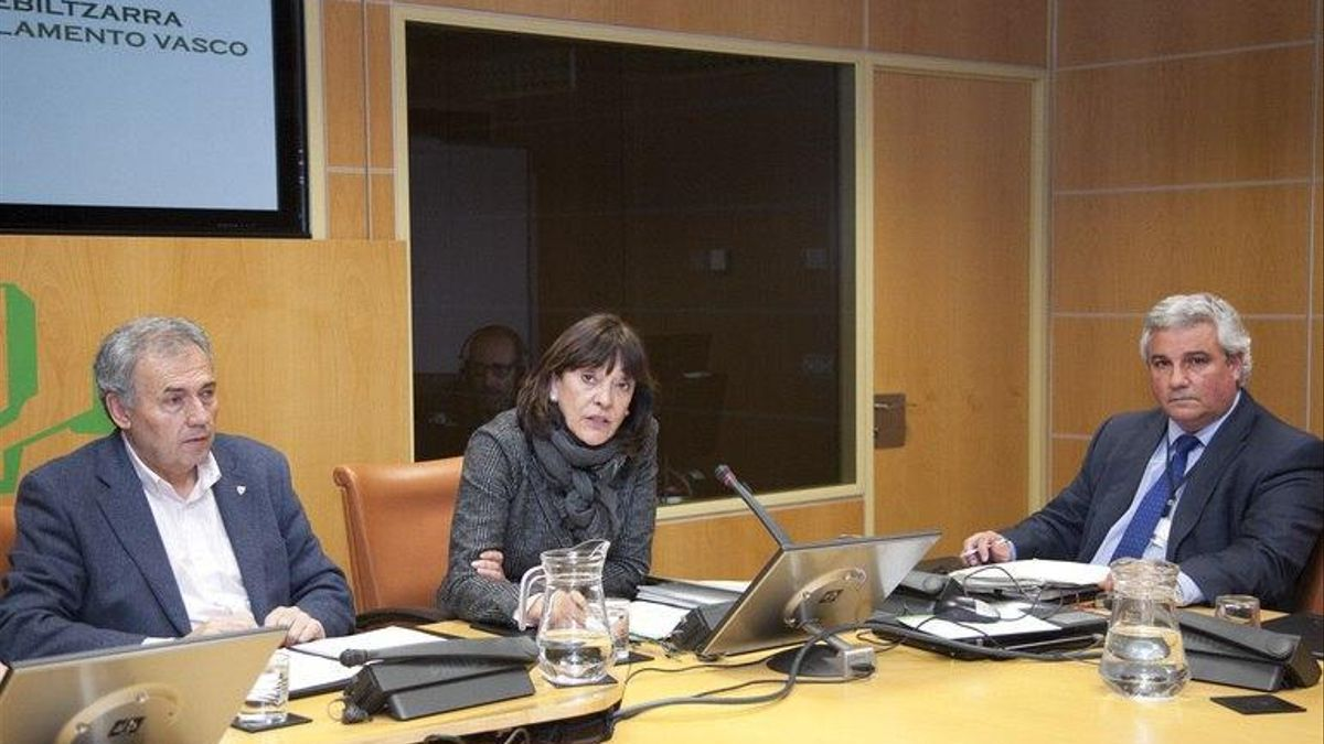 Ana Aguirre, con Jon Uriarte, en una comparecencia en el Parlamento Vasco