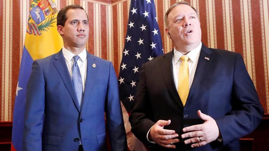 El jefe de la Asamblea Nacional de Venezuela, Juan Guaidó (i), y el secretario de Estado de Estados Unidos, Mike Pompeo (d), fueron registrados este lunes, durante la III Conferencia Ministerial Hemisférica de Lucha contra el Terrorismo, en Bogotá (Colombia).
