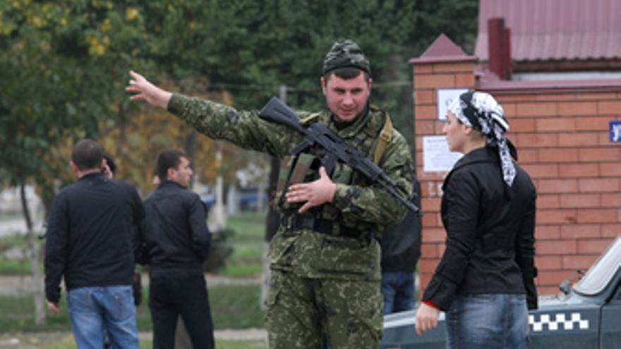 Soldado checheno frente al Parlamento de Chechenia