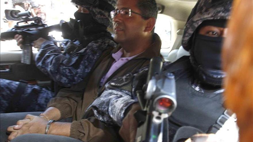 El expresidente salvadoreño Flores sale de los calabozos y llega a su domicilio
