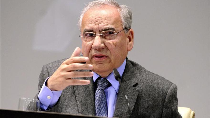 """Guerra """"supone"""" que Rubalcaba tiene fuerza para seguir dirigiendo el PSOE"""