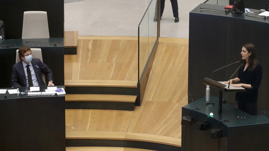 José Luis Martínez-Almeida escucha la intervención de la portavozde Más Madrid, Rita Maestre, en el Pleno del Ayuntamiento