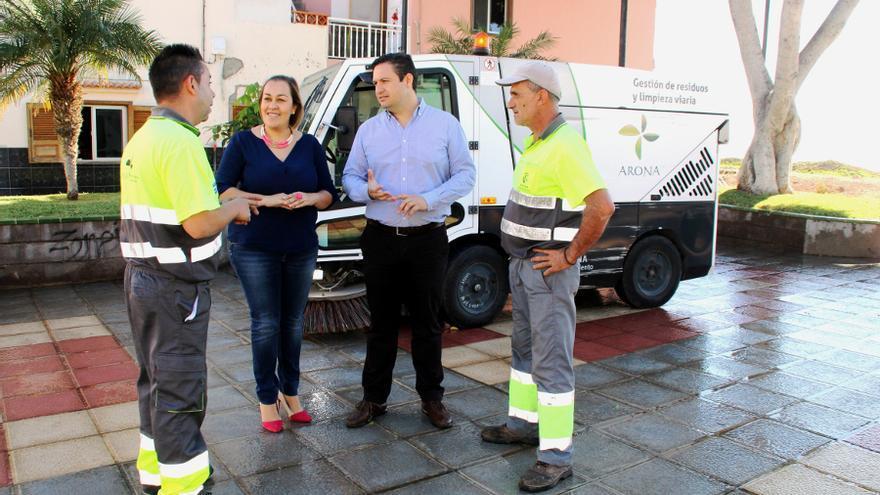 José Julián Mena, alcalde, junto a operadores de limpieza, en una vía de Arona