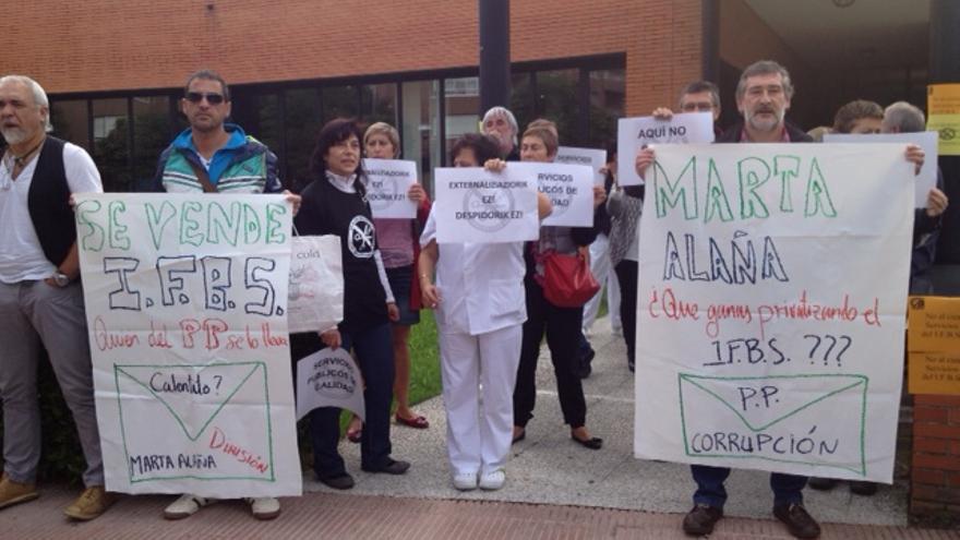 Protesta de trabajadores en la Residencia Ajuria, en Vitoria