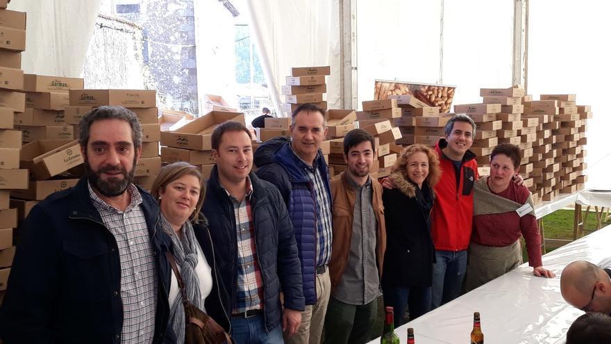 Zuloaga, acompañado por compañeros socialistas, en la Feria de la Alubia de Casar de Periedo.