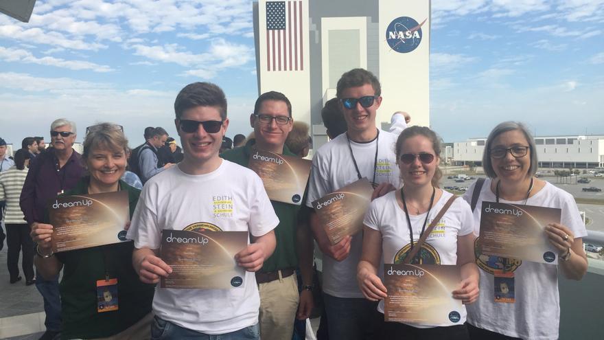 Estudiantes de DreamUp en las instalaciones de la NASA