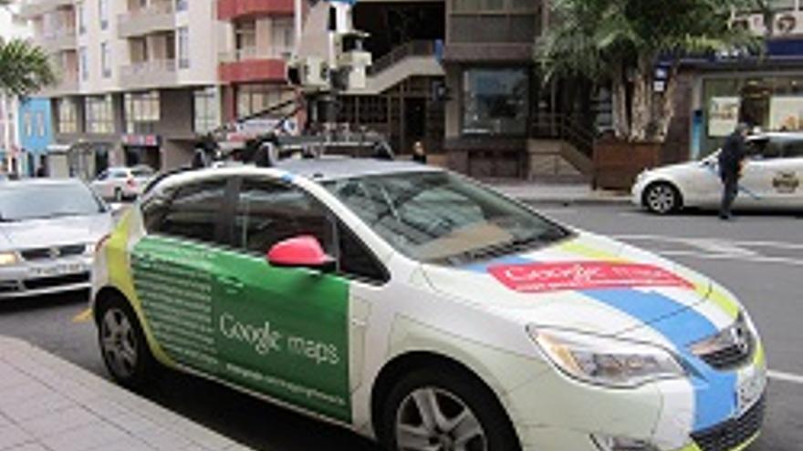 El coche de la flota 'Street View' de Google Maps desplazado a la Isla, este martes, aparcado en la avenida de El Puente de la capital.