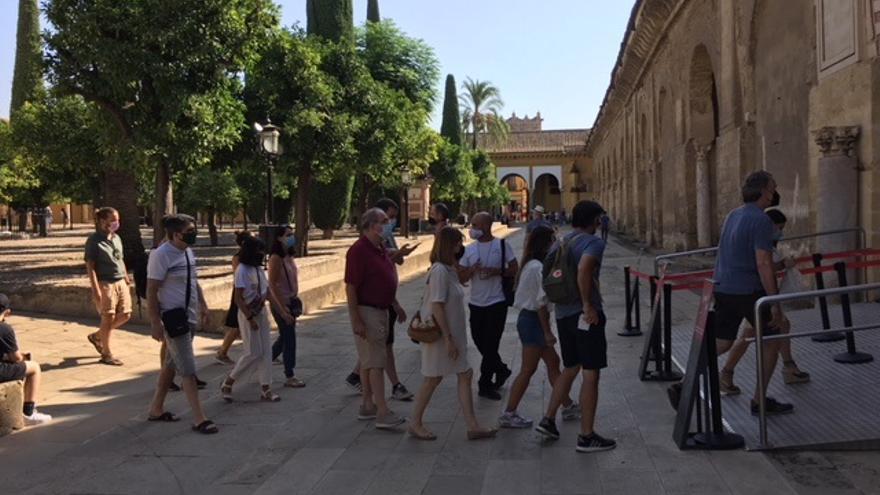 Archivo - Un grupo de turistas accede al interior de la Mezquita de Córdoba (archivo)