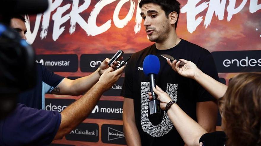 El alero del Unicaja Málaga Carlos Suárez atiende a los medios a su llegada al hotel de concentración antes de su participación en la Supercopa Endesa