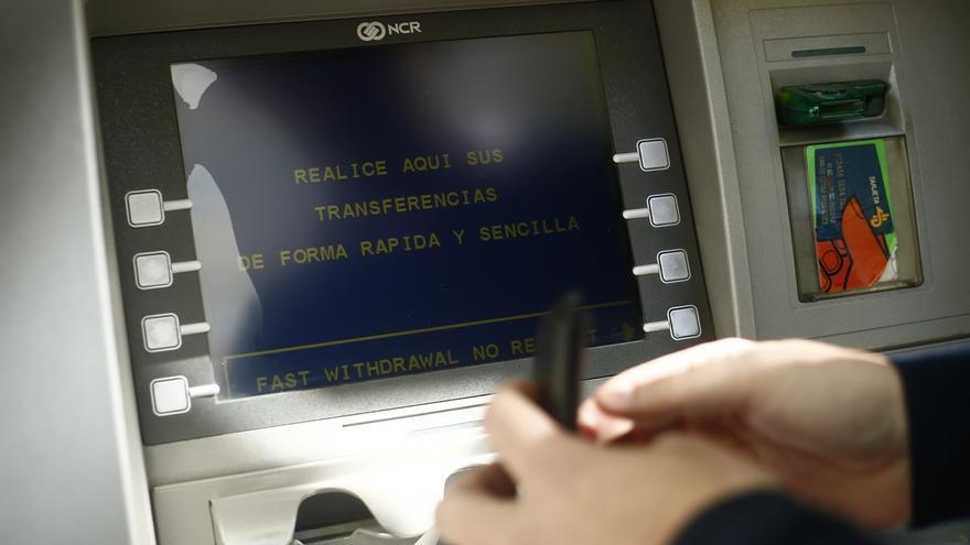 Kutxabank no cobrará por sacar dinero hasta 3 veces al mes en cajeros de Euro6000, Bankia y Sabadell