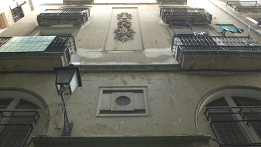 Imagen de la fachada de Flassaders, 32. En las plantas superiores se ve la danzarina alada. / Ajuntament de Barcelona.