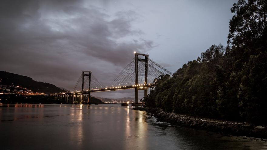 El puente de Rande sobre la ría de Vigo, con su iluminación actual