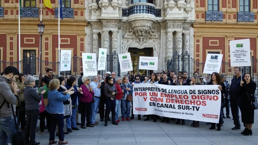 Unas 200 personas acuden a la concentración en San Telmo de los intérpretes de lengua de signos en Canal Sur TV