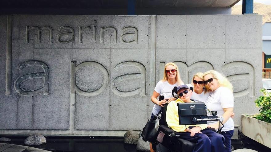 Stephen Hawking, el pasado viernes, 12 de septiembre, con parte su equipo de asistencia personal, en Marina La Palma.
