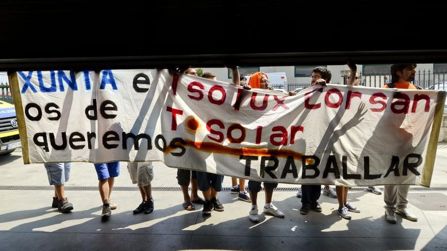Varios trabajadores de la fábrica ourensana T-Solar de Isolux Corsan se manifiestan a las puertas de la empresa